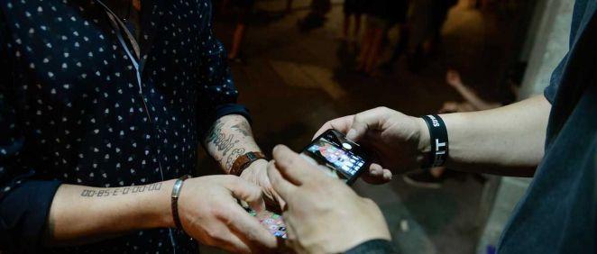 Un hombre muestra en su móvil un certificado de prueba PCR a las puertas de un local de ocio nocturno, en el centro de Ourense, a 10 de julio de 2021, en Ourense, Galici. (Foto. Rosa Veiga Europa Press)
