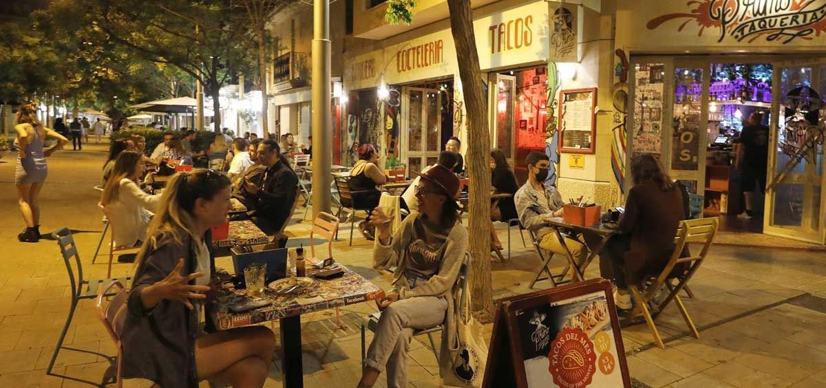 Gente en un bar de Palma por la noche. (Foto.Clara Margais Archivo)