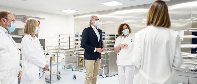 El consejero de Sanidad, Enrique Ruiz Escudero, visita la nueva central de esterilización del Hospital La Paz (Foto: Comunidad de Madrid)