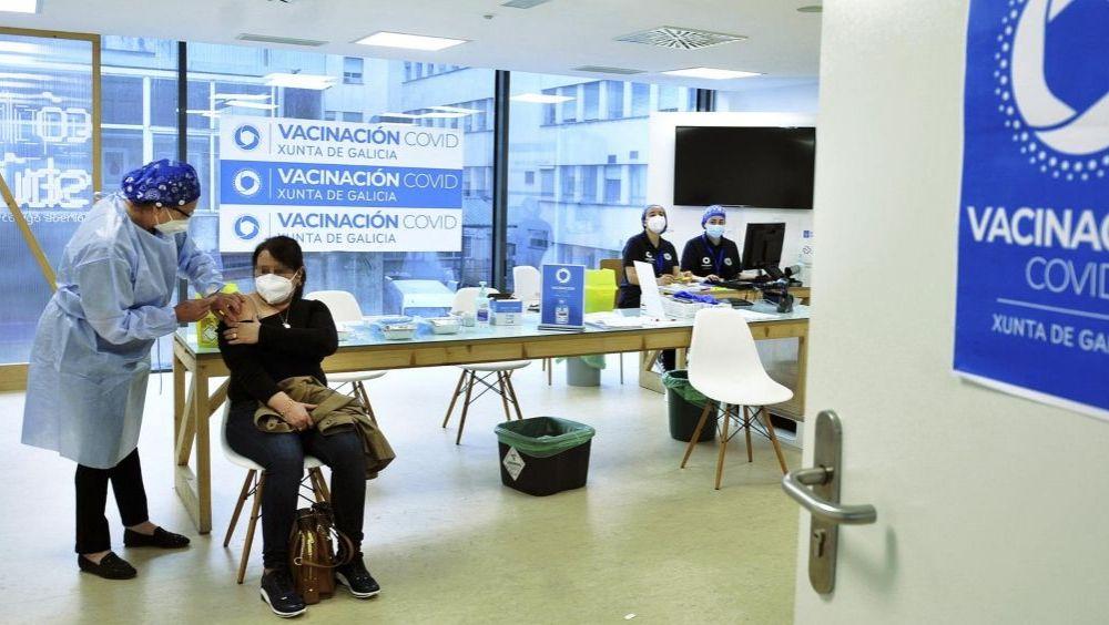 Una mujer recibe una dosis de la vacuna de AstraZeneca en el Complejo Hospitalario Universitario de Ourense (Foto: Rosa Veiga - Europa Press)