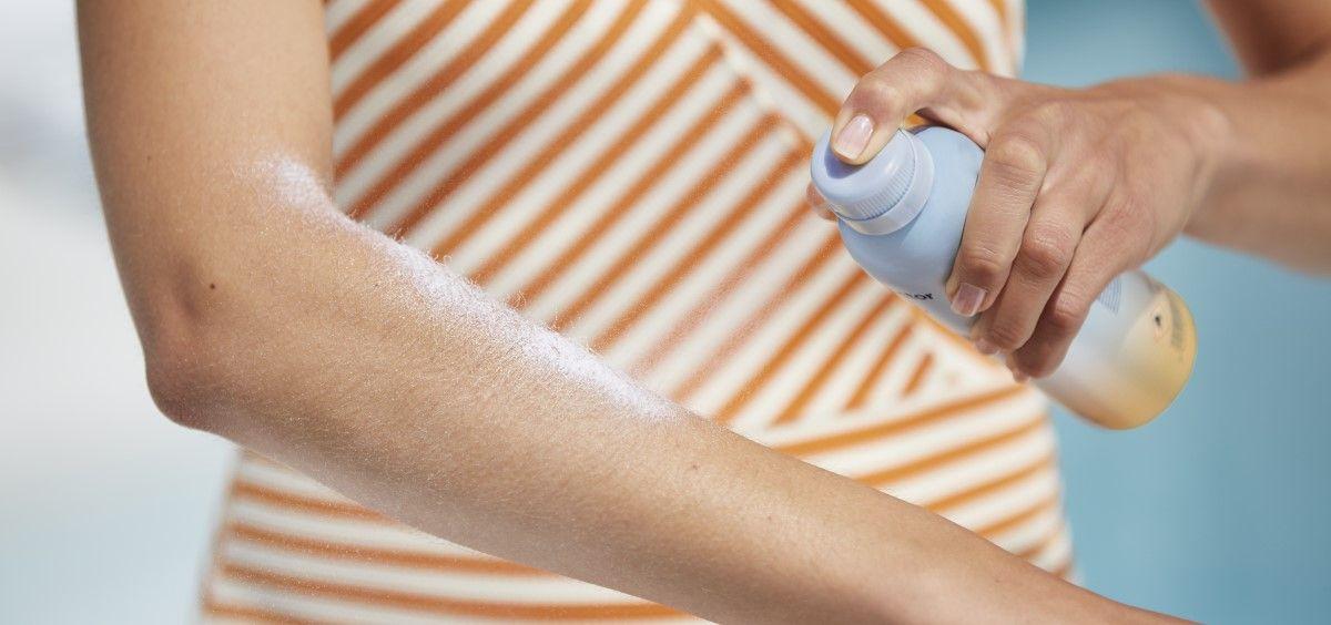 Una mujer se aplica protección solar. (Foto. ISDIN)
