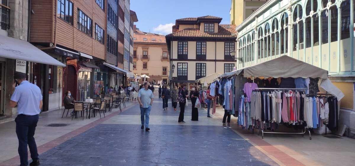 Personas con mascarilla en el entorno del Ayuntamiento de Oviedo y El Fontán (Foto. EP)