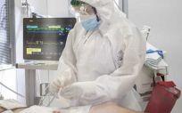 Un paciente ingresado por Covid 19 es atendido (Foto. Bellvitge)