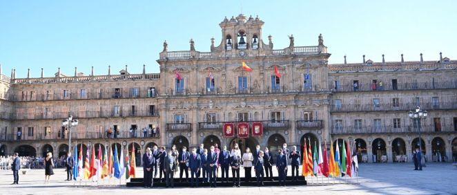 Foto de familia de la Conferencia de Presidentes, en la Plaza Mayor de Salamanca (Foto: Pool Moncloa / Borja Puig de la Bellacasa)