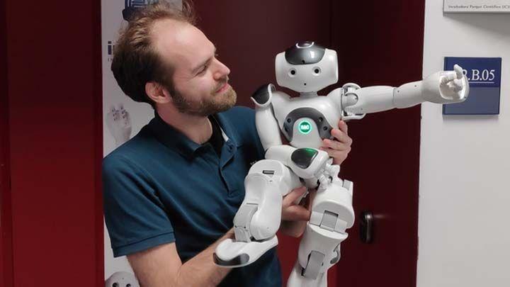José Carlos Pulido, CEO de Inrobics, con el robot terapéutico (Foto. Inrobics)