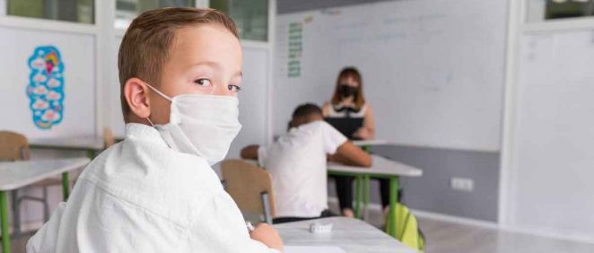 Niño con mascarilla en la escuela (Foto. Freepik)