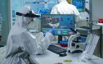 Científico analizando muestras de sangre en un laboratorio (Foto. Freepik)