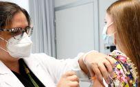 Una profesional sanitaria inyecta la vacuna frente al Covid-19 a una joven (Foto: Gobierno de Aragón)