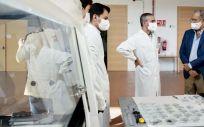 El consejero de Educación, Universidades, Ciencia y portavoz del Gobierno de la Comunidad de Madrid, Enrique Ossorio, visita el nuevo laboratorio del IMDEA (Foto. Comunidad de Madrid)