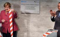 La canciller alemana, Angela Merkel y el director general de la OMS, Tedros Adhanom, en la inauguración del Centro de Inteligencia sobre Epidemias y Pandemias de la OMS en Berlín. (Foto. Michael Sohn. POOL AP dpa EP)
