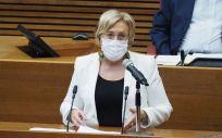 La consejera de Sanidad de la Comunidad Valenciana, Ana Barceló, en las Cortes anunciando la vacunación sin cita en todos los centros masivos de vacunación (Foto. GVA)