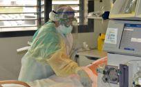 Atención a un paciente Covid en la UCI (Foto: Junta de Andalucía)