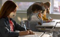 Niños con mascarilla en el aula. (Foto. Freepik)