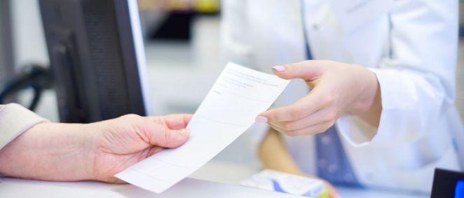 Personal de Farmacia recoge una receta médica (Foto: Freepik)