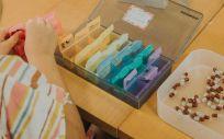 Una niña con fibrosis quística ordena sus medicamentos (Foto. Fundación Española de Fibrosis Quística)