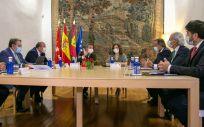 Emiliano García Page e Isabel Díaz Ayuso, junto a representantes del Gobierno de Castilla-La Mancha y la Comunidad de Madrid (Foto: JCCM)