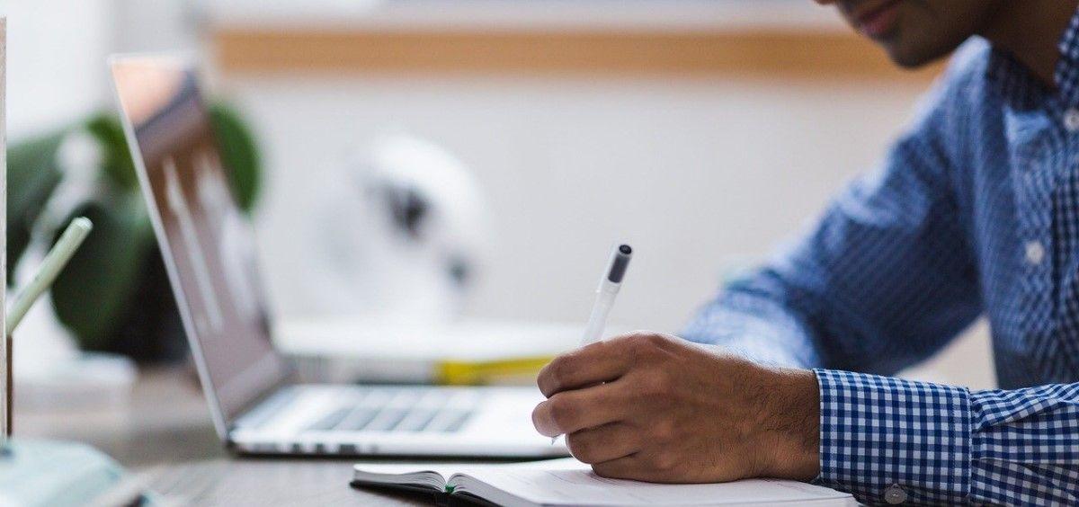 Un joven estudiando. (Foto. Pixabay)