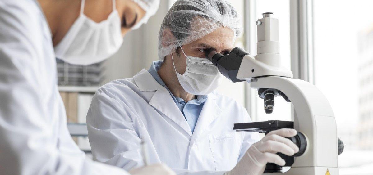 Biólogos en un laboratorio. (Foto. Freepik)