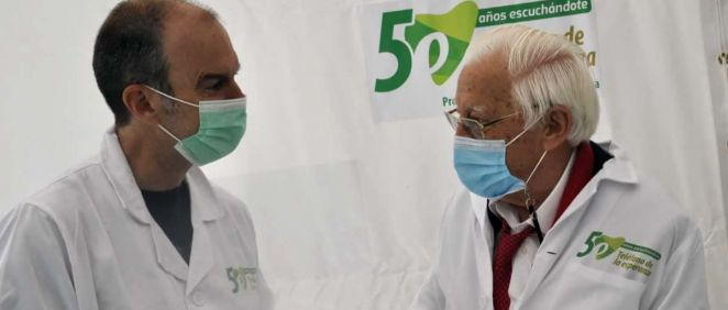 José Luis Perrinó y el padre Ángel en el hospital de campaña entregando el medicamento para la salud mental (Foto. Teléfono de la Esperanza)