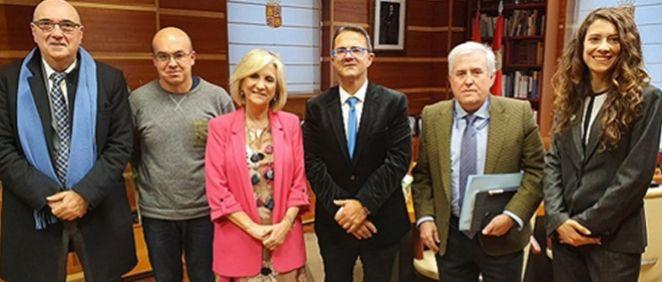 Verónica Casado, consejera de Sanidad de Castilla y León, junto a representantes de Feder en una reunión presencial en 2019 (Foto: Feder)