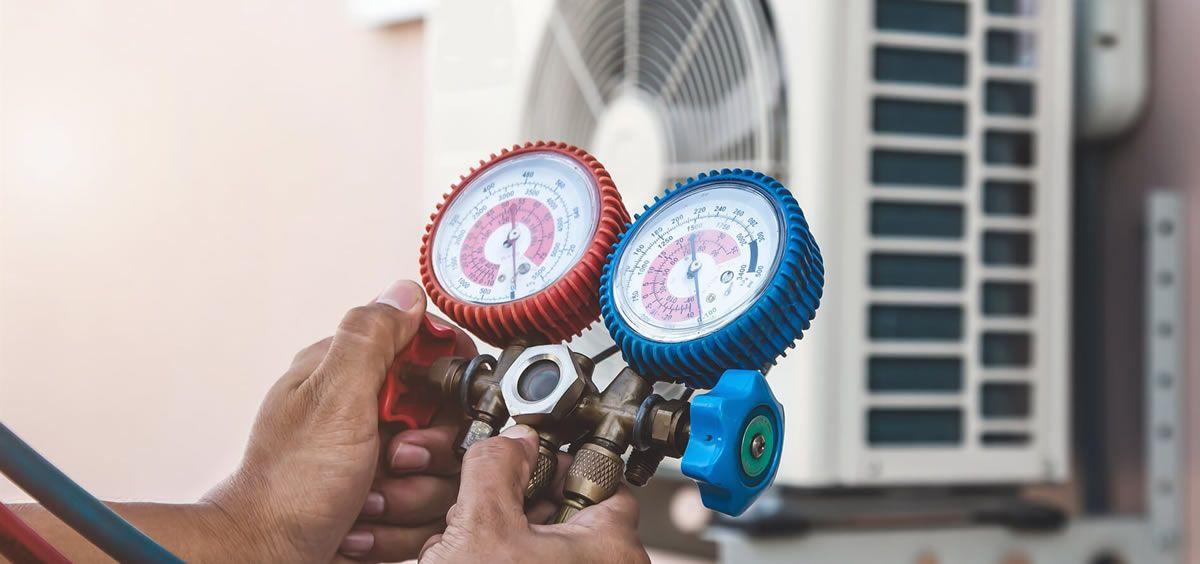 Experto reparando un aparato de aire acondicionado (Foto. Freepik)