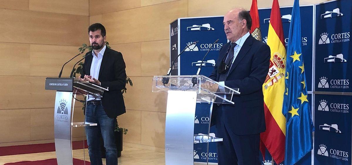 Luis Tudanca, secretario del PSOE en Castilla y León, junto a José Luis Díaz Villarig, presidente del Consejo de la Profesión Médica (Foto: EP)