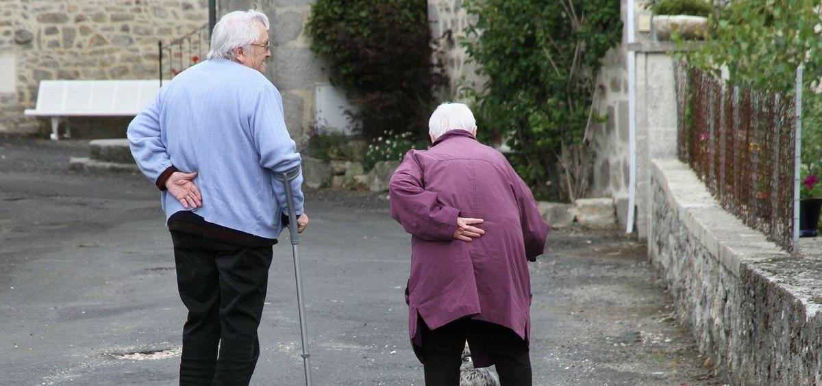 Dos personas mayores caminan por un municipio rural (Foto: Pixabay)