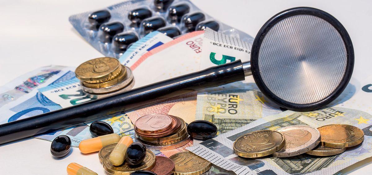 Medicamentos y material sanitario con dinero (Foto: Pixabay)