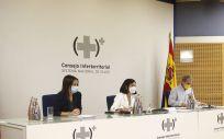 La secretaria de Estado de Sanidad, Silvia Calzón; la ministra de Sanidad, Carolina Darias; y el director del CCAES, Fernando Simón en el CISNS (Foto. Pool Moncloa/César P Sendra)