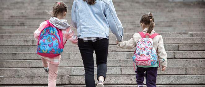 Madre y niños camino a la escuela (Foto: Freepik)