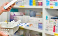 Farmacéutica revisando medicamentos (Foto. Freepik)