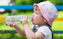 Un niño pequeño bebe agua de una botella (Foto: Freepik)