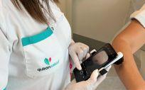Toma de imagen de una lesión de la piel con un dermatoscopio. (Foto. Hospital Quirónsalud Córdoba. EP)