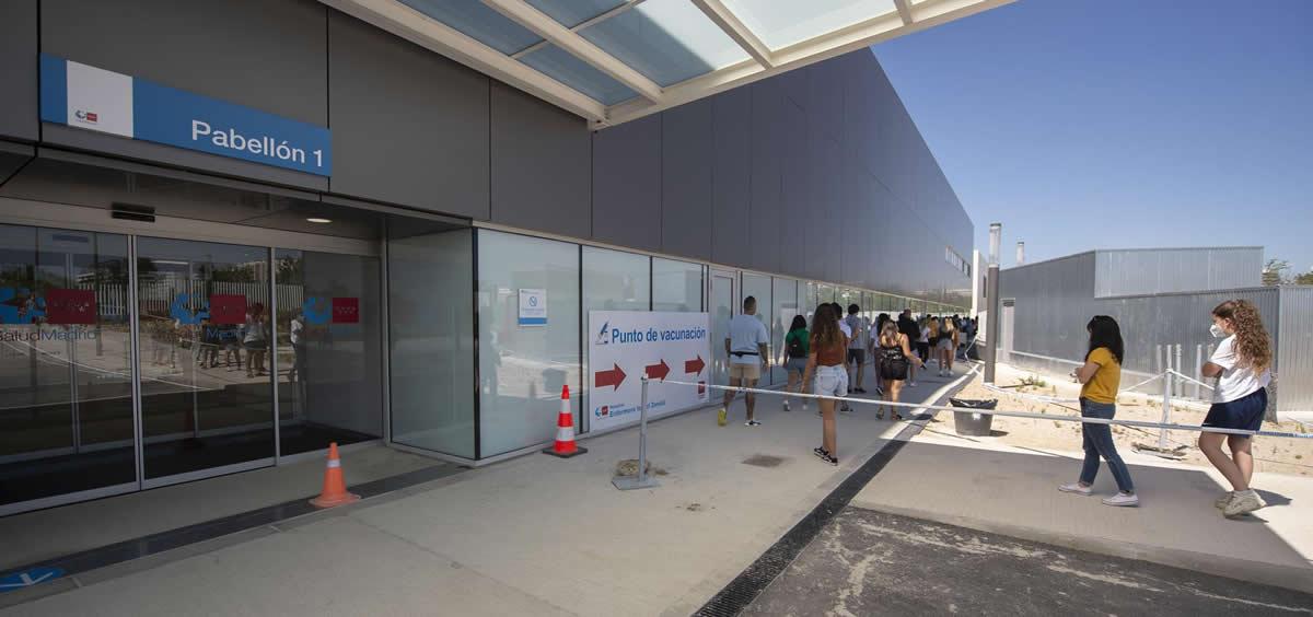 Un grupo de jóvenes esperan para recibir la primera dosis de la vacuna Pfizer en el Hospital Zendal (Foto: Alberto Ortega/EP)