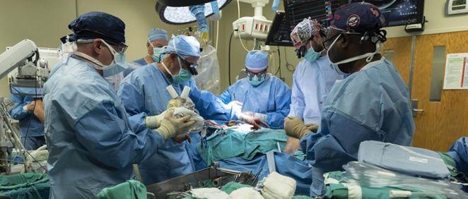 Cirujanos cardiotorácicos de UofL Health   Jewish Hospital y la Universidad de Louisville realizaron el primer implante de corazón artificial total bioprotésico (Foto Salud UofL)