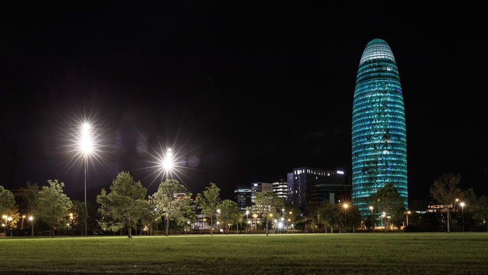Día Mundial del Farmacéutico: Torre Glòries de Barcelona se ilumina de verde