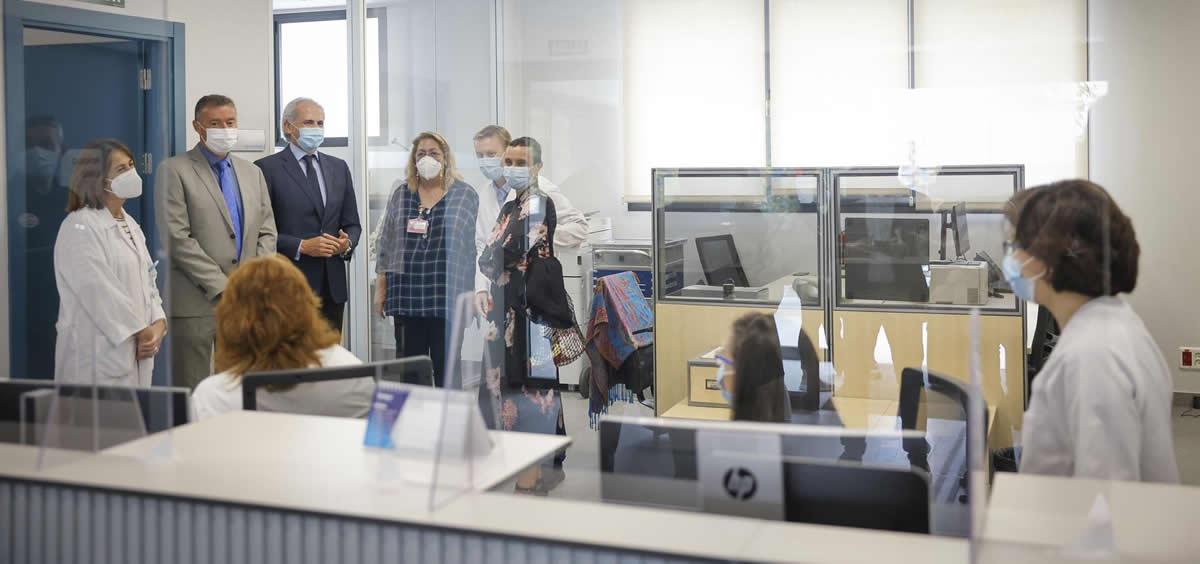 El consejero de Sanidad, Enrique Ruiz Escudero, en el centro de salud Baviera (Foto. Comunidad de Madrid)