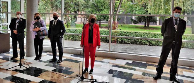Rueda de prensa tras la reunión de la consejera de Sanidad, Verónica Casado, (en el centro de la imagen, de traje rojo) con colegios profesionales (Foto: EP)
