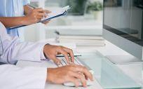 Un médico trabajando en consulta con un ordenador (Foto: Freepik)