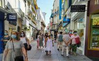 Personas con mascarilla en la calle Santa Eulalia de Mérida (Foto: EP)