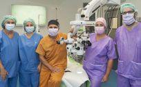Los oftalmólogos Noemí Barnils, Maravillas Abia y Ferran Mascaró y los cirujanos plásticos Anna López Ojeda y Oriol Bermejo del Hospital de Bellvitge (Foto: Hospital de Bellvitge)