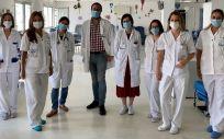 El doctor Daniel Naya, especialista en Hematología del Hospital Universitario Infanta Elena, junto al resto del equipo del Hospital de Día Hematológico del HUIE (Foto: Infanta Elena)