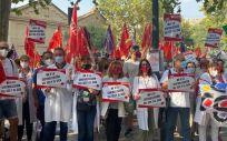 Profesionales protestando frente a la sede de la Consejería de Sanidad (Foto. CCOO)