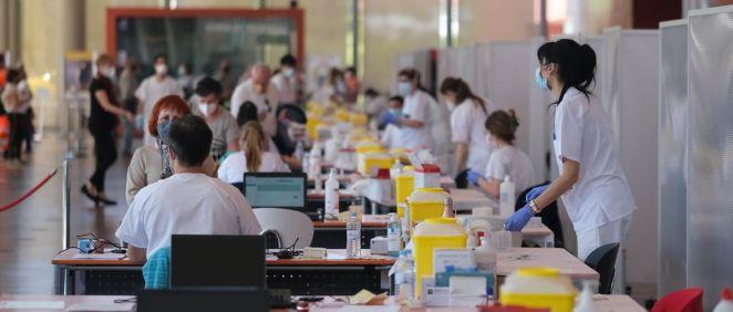Personal sanitario administrando vacunas frente al Covid-19 en Castilla y León (Foto: JCYL)