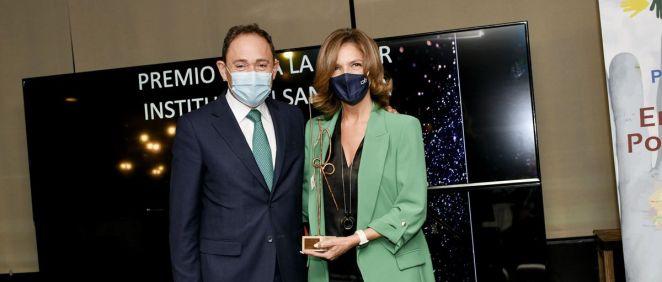 Juan Carlos González Acebes, vicepresidente de ASPE entrega el premio a Marta Villanueva, directora general de la Fundación IDIS