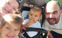 Sandra y su familia, su hijo no tiene la enfermedad de Fabry gracias al test preimplantaiconal (Foto. cedida por la propia Sandra)