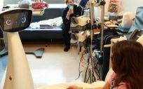 Robin interactuando con una niña en el hospital. (Foto. UCLA)