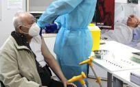 Un profesional de Ribera vacuna contra la Covid 19 a una persona mayor. (Foto. grupo sanitario Ribera)