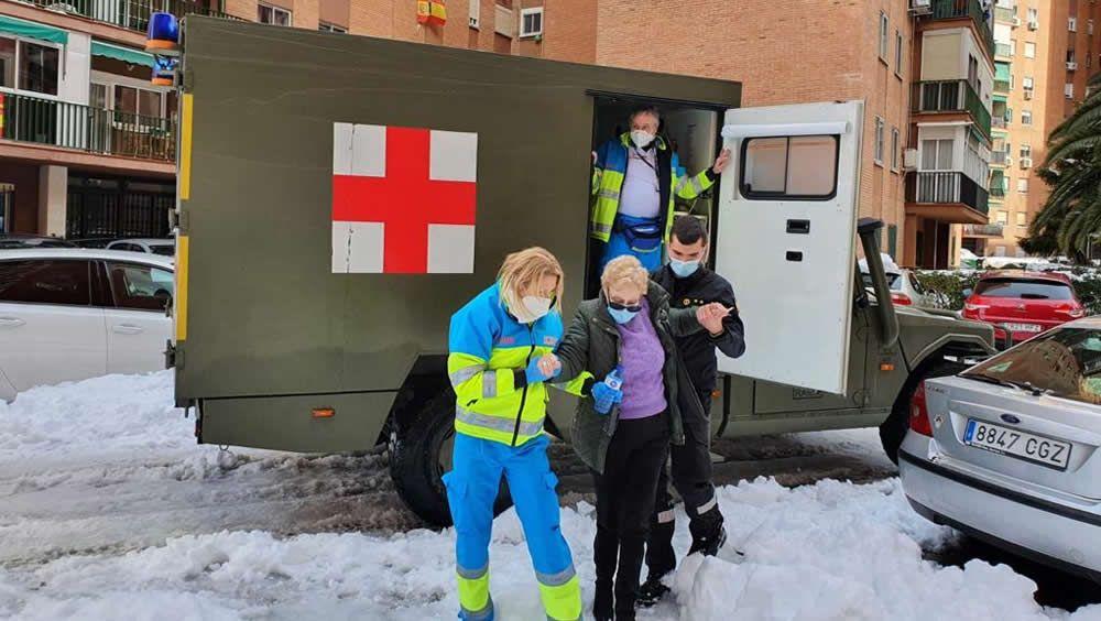 Los vehículos de la Agrupación de Sanidad nº 1 del Ejército de Tierra, en colaboración con la Unidad Militar de Emergencias, integrados con el SUMMA 112 para dar una respuesta sanitaria más ágil en Madrid durante la borrasca Filomena (Foto: UME)
