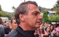 El presidente de Brasil, Jair Bolsonaro, indignado ante los medios por no poder ver un partido de fútbol al no estar vacunado. (Foto. Metrópoles. Samuel Pancher)